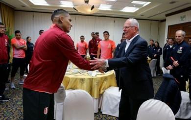 Selección peruana: PPK visitó concentración y le regalaron camiseta