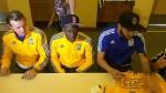 Advíncula firmó autógrafos con el escudo del Tigres al revés - Noticias de luis advincula