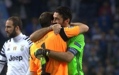 El emotivo abrazo de Casillas con Buffon al final del Porto Juventus