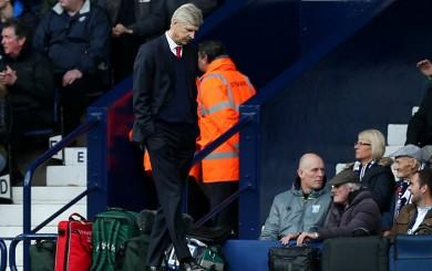 Arsenal cayó ante West Bromwich y dos pancartas sobrevolaron el estadio