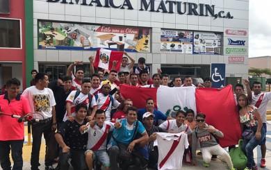 Hinchas peruanos en Venezuela alentaron a la Selección en la concentración