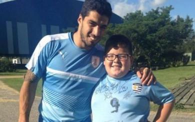 Luis Suárez le cumplió el sueño a un niño antes de viajar a Perú