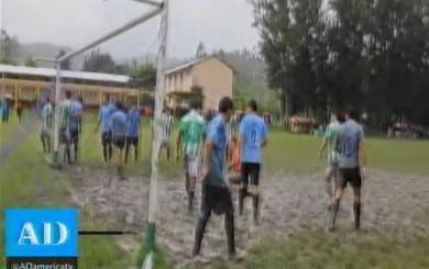 Copa Perú: futbolistas jugaron en cancha llena de lodo y se bañaron en río
