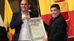Diego Maradona recibió y besó la ciudadanía honorífica en Nápoles - Noticias de diego armando maradona