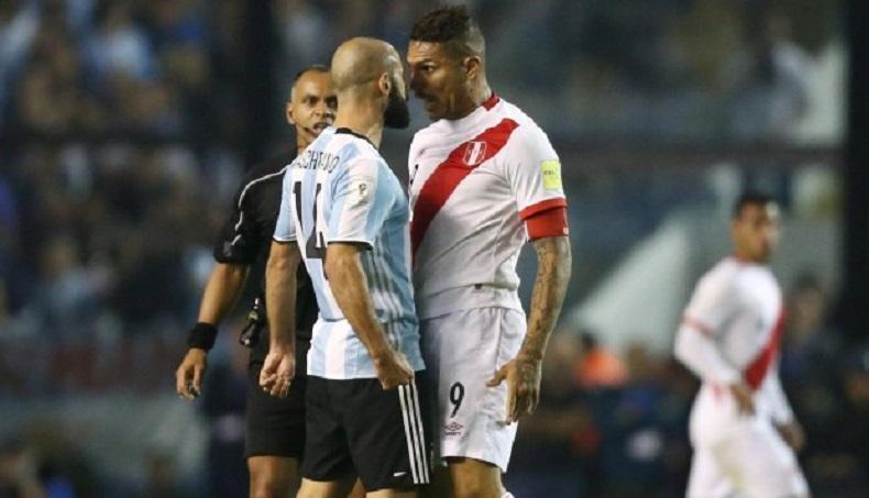 Paolo Guerrero ante Argentina. Foto: AFP