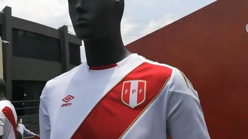 Un par de cadetes fueron quienes entregaron la nueva camiseta de la  selección peruana a las autoridades de la Federación Peruana de ... 25980d3a1f0fc